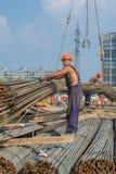 Męscy pracownicy budowlani pracuje przy budową Zdjęcie Royalty Free