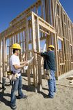 Męscy pracownicy Pracuje Przy budową Zdjęcia Royalty Free