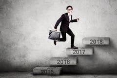 Męscy przedsiębiorców kroki na liczbie 2017 Fotografia Stock