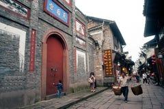 Męscy przewożenie kosze w Fenghuang antycznym mieście Obrazy Stock