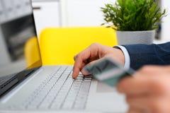 Męscy ręka chwyta kredytowej karty prasy guziki Zdjęcie Stock