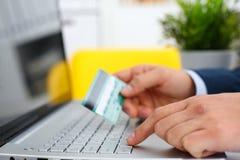 Męscy ręka chwyta kredytowej karty prasy guziki Obrazy Stock