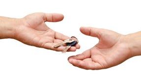 Męscy ręki mienia mieszkania klucze Zdjęcia Royalty Free