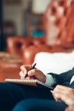Męscy ręki writing plany w notepad Zdjęcie Stock