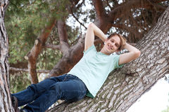 męscy relaksujący drzewni potomstwa Obraz Royalty Free
