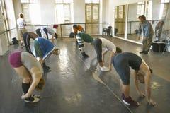 Męscy tancerze rozciąga i ćwiczy przy Pro Danza tana Baletniczym studiiem i szkołą, Kuba Obraz Royalty Free