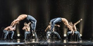Męscy tancerze w deszczu fotografia stock