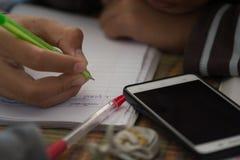 Męscy ucznie robią pracie domowej z intent Szuka Interne Obraz Stock