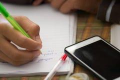 Męscy ucznie robią pracie domowej z intent Szuka Interne Fotografia Stock