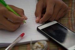 Męscy ucznie robią pracie domowej z intent Szuka Interne Zdjęcia Royalty Free