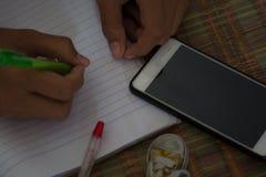 Męscy ucznie robią pracie domowej z intent Szuka Interne Obraz Royalty Free