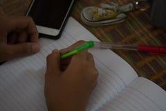 Męscy ucznie robią pracie domowej z intent Szuka Interne Zdjęcie Royalty Free