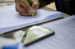 Męscy ucznie robią pracie domowej z intent Szuka stażysty Obrazy Stock