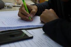 Męscy ucznie robią pracie domowej z intent Szuka stażysty Zdjęcia Stock