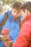 Męscy wycieczkowicze patrzeje arkanę w lesie Obraz Stock