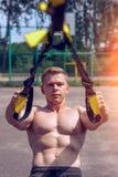 Męska atleta jest angażującymi pętlami, Ups przy ogrodzeniem W lecie, w skrótach i białej koszulce Zdrowy styl życia y obrazy stock