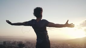 Męska atleta za rozciągać jego ręki przeciw wschód słońca zbiory wideo