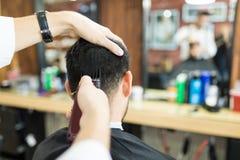 Męska Biegła Używa drobiażdżarki maszyna Na klienta ` s włosy zdjęcie royalty free