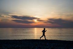 Męska biegacz sylwetka na plaży Obrazy Royalty Free