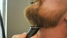 Męska broda żyłował z elektryczną żyletką, ostrzyć broda, zakład fryzjerski, męski piękno salon zdjęcie wideo