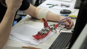 Męska fachowa probiercza bionic ręka na stole zbiory wideo
