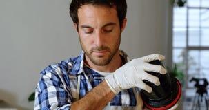 Męska fotografa cleaning obiektywu pokrywa 4k zbiory wideo