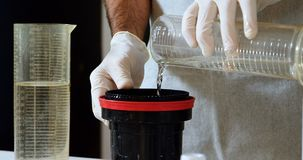 Męska fotografa cleaning obiektywu pokrywa z cieczem 4k zdjęcie wideo