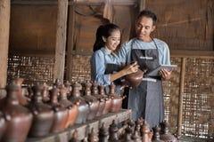 Męska garncarka używa cyfrową pastylkę w ceramicznym warsztacie Obrazy Royalty Free