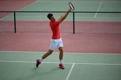 Męska gracz w tenisa praktyka w tenisowym sądzie Zdjęcie Stock