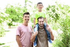 Męska homoseksualna para z przybranym synem ma zabawę w parku fotografia royalty free