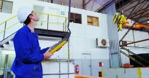 Męska inżyniera działania dźwignika maszyna w warsztacie 4k zbiory
