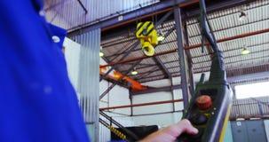 Męska inżyniera działania dźwignika maszyna w warsztacie 4k zbiory wideo