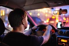 Męska kierowca przejażdżka samochód podczas wieczór ruchu drogowego dżemu obrazy stock