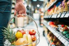 Męska klient ręka z koszem, supermarket obrazy royalty free