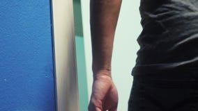Męska mężczyzna ręka otwiera drzwi z pokoju hotelowego zakwaterowania pojęcia styl życia podróż mężczyzna otwiera drzwi od zdjęcie wideo