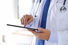 Męska medycyny lekarka trzyma cyfrowego pastylka komputer osobistego Zdjęcia Royalty Free