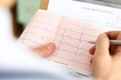 Męska medycyny lekarka wręcza mienie kardiograma mapę Obraz Stock