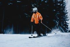 Męska narciarka na skłonie w górach Zamarznięty ciemny las w b Fotografia Stock
