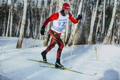 Męska narciarka w średnim wieku klasyka styl w zim drewnach na sportach tropi, oszronieje na jego wąsy, Zdjęcia Stock