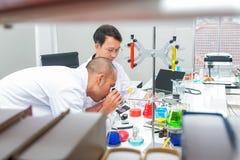 Męska naukowiec pozycja z techer w lab zdjęcia royalty free