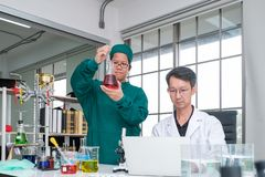 Męska naukowiec pozycja z techer w lab zdjęcie royalty free