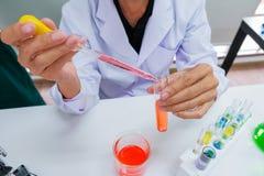 Męska naukowiec pozycja z techer w lab pracowniku robi medycznym zdjęcia royalty free
