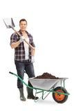 Męska ogrodniczka trzyma łopatę Zdjęcia Stock