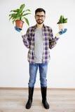 Męska ogrodniczka z roślinami Fotografia Royalty Free