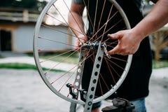 Męska osoba przystosowywa roweru koło i szprychy Fotografia Royalty Free