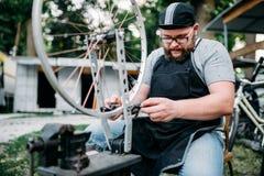Męska osoba przystosowywa roweru koło i szprychy Fotografia Stock