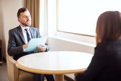 Męska osoba werbująca przeprowadza wywiad akcydensowego kandydata Obrazy Royalty Free