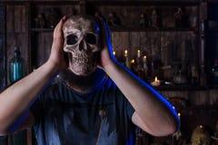 Męska osoba z czaszki maską na twarzy Zdjęcie Stock