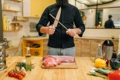 Męska osoba z nożem przygotowywa ciąć surowego mięso zdjęcia royalty free