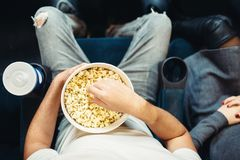 Męska osoba z popkornem w kinie, odgórny widok obraz royalty free